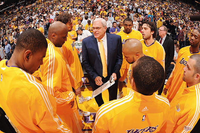 Phil Jackson e seus jogadores antes das finais de 2010. (Da esquerda) Andrew Bynum, Lamar Odom, Pau, Ron Artest, Derek Fisher, Shannon, Sasha, Jordan e Josh Powell.
