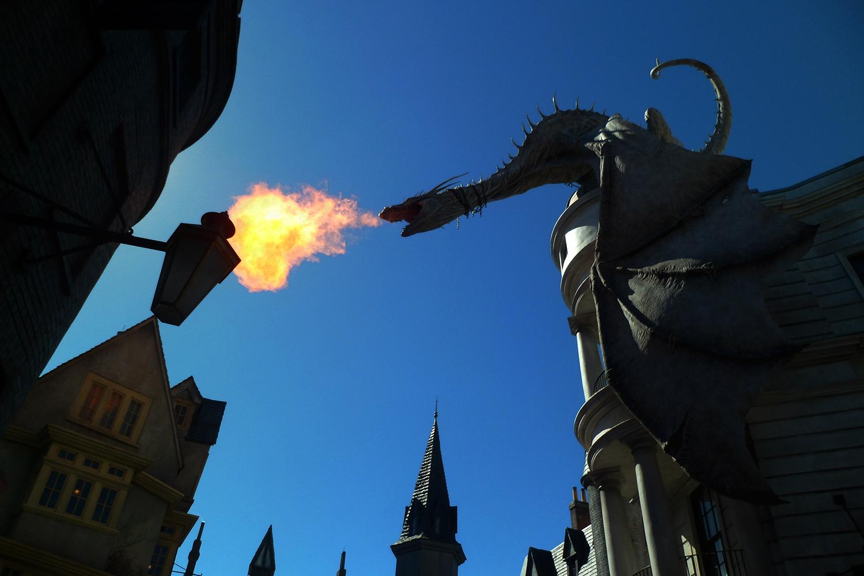dragao cuspindo fogo